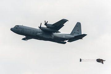 Militaire C130 Hercules Vliegtuig dropt last. van Brian Morgan