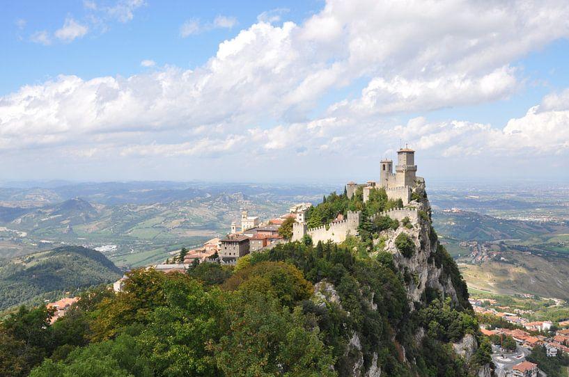 De torens en het uitzicht van San Marino van Martin Van der Pluym