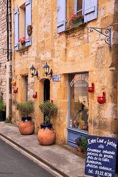 Gemütliche französische Straße im Dorf von Bobsphotography