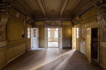 Licht in verlassenen Villa. von Roman Robroek