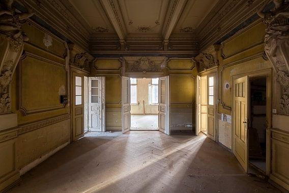 Licht in een Verlaten Villa. van Roman Robroek