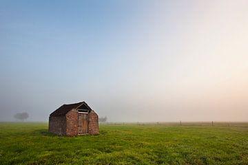 Einsamen baufälligen Schuppen in der Nähe Roderwolde, Niederlande von Peter Bolman