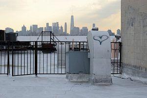 Zicht op Manhattan vanaf een dak in Brooklyn New York