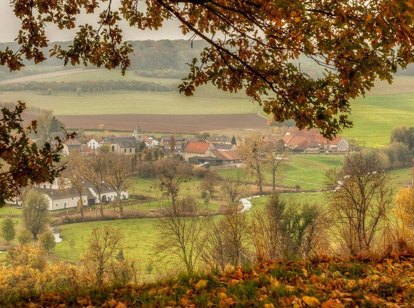 Doorkijkje op Oud-Valkenburg tijdens de herfst van John Kreukniet
