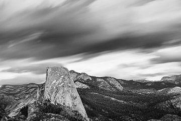 Half Dome bei Sturm, Yosemite-Nationalpark, Kalifornien, Vereinigte Staaten, USA, von Markus Lange