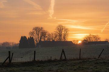 opkomende zon over het land van Tania Perneel