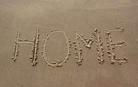 Home geschreven in zand
