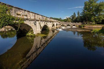 Brug over rivier de Dronne rond stad Brantome, de Bourgogne,  Frankrijk van Joost Adriaanse