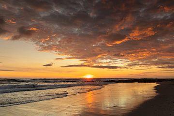 Droomstrand bij zonsondergang in Costa Rica van Markus Lange