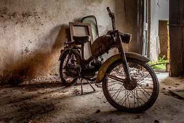 Abgelaufener Motor in verfallenem Schuppen von Jacques Jullens