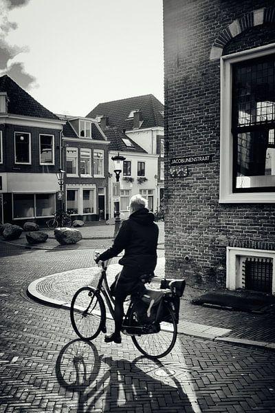 Straatfotografie in Utrecht. De fietser in de Jacobijnenstraat in Utrecht in zwart-wit. (Utrecht2019 van De Utrechtse Grachten