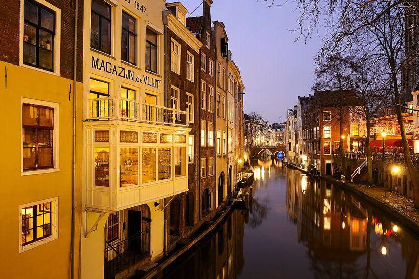 Oudegracht gezien vanaf de Gaardbrug in Utrecht (2) van Donker Utrecht