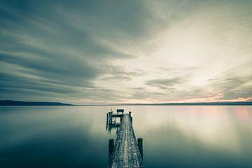 Steg vor dramatischem Himmel von Denis Feiner
