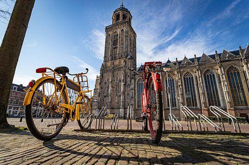Twee fietsen bij een leeg plein in Deventer van VOSbeeld fotografie