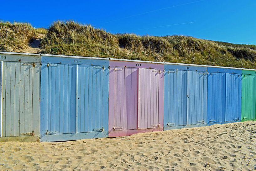 Kleurrijke strandhuisjes op het strand van Domburg van Judith Cool