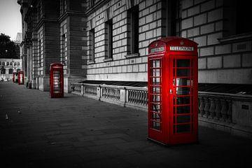 Schwarz-Weiß: Reihe roter Telefonzellen in London von Rene Siebring