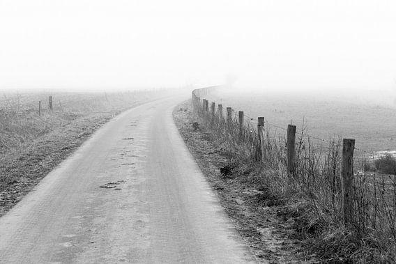 Landschap in dichte mist van Erik Wouters