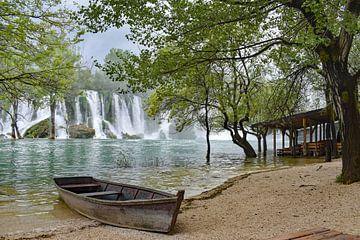 Watervallen met een bootje op de voorgrond bij Kravica in Bosnië Herzegovina van Gonnie van Hove