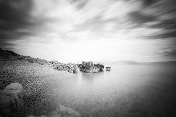 B&W lange blootstelling van een strand in Rabac, Kroatië van Patrik Lovrin