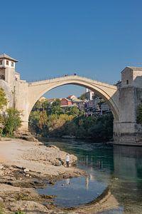 De oude brug bewonderen van Nina Rotim