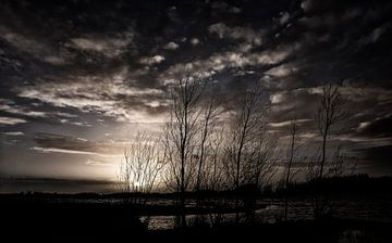 Donkere wolken bij zonsondergang van