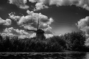 Mühle bei Kinderdijk in schwarz-weiß
