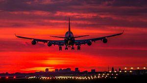 Boeing 747 van KLM landt net voor zonsopkomst op Schiphol.        van