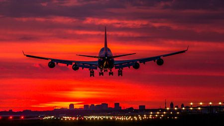 Boeing 747 van KLM landt net voor zonsopkomst op Schiphol.