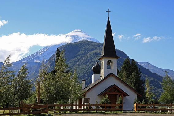 kerk met vulkaan op de achtergrond