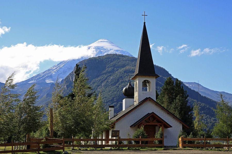 kerk met vulkaan op de achtergrond van Antwan Janssen