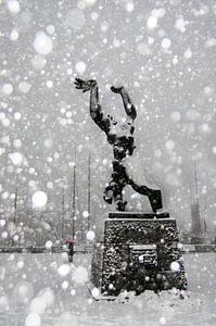 Die Statue von Zadkine Rotterdam im Schnee