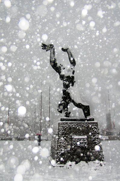 Die Statue von Zadkine Rotterdam im Schnee von Alain Ulmer