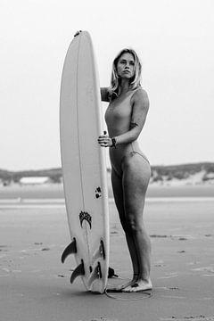 Zwart-wit Portret van Loes met Surfplank no.3 von Alex Hamstra