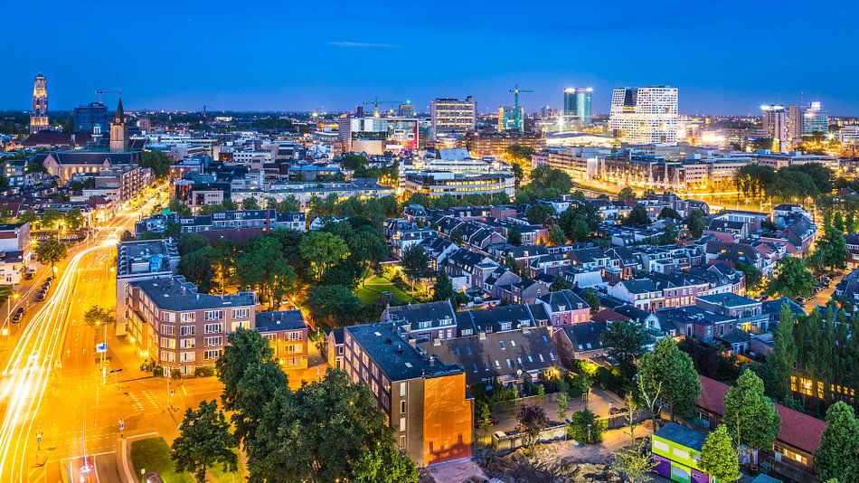 Avond valt over skyline Utrecht van Dennis Kuzee