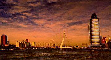 Erasmusbrug met panorama bij zonsondergang