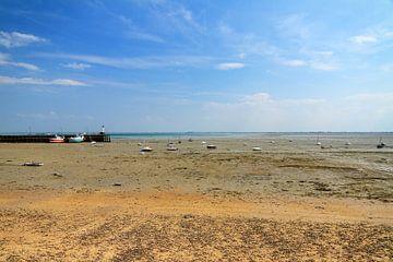 Laag water in Cancale op het strand von Dennis van de Water