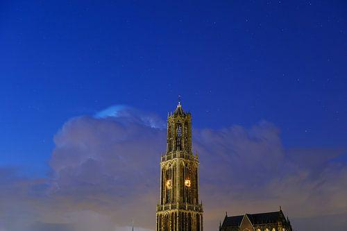 Domtoren en Domkerk in Utrecht met donderwolk en sterrenhemel von Donker Utrecht