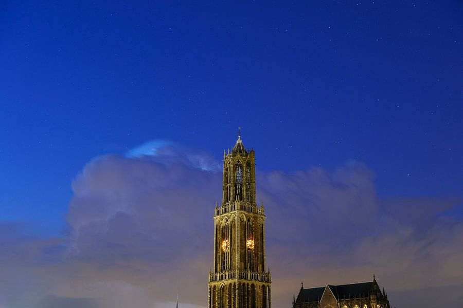 Domtoren en Domkerk in Utrecht met donderwolk en sterrenhemel