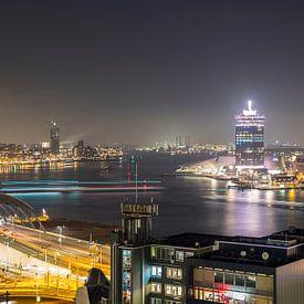 Pontjes in de avond trekken lijnen op het IJ in Amsterdam van Marcia Kirkels