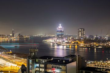 Pontjes in de avond trekken lijnen op het IJ in Amsterdam