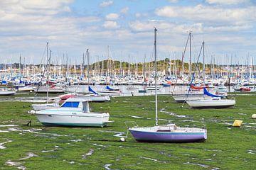 Bootjes in de haven van Larmor-Plage met eb van Dennis van de Water