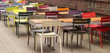 kleurrijke stoelen van Philippe Papegaai