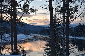 zonsopgang in sneeuwlandschap van M M
