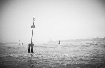 Lagune von Venedig im Nebel von Karel Ham