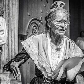 Straatportret vrouw in Arles van Fotografie Arthur van Leeuwen