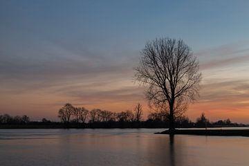 Zonsondergang aan de rivier van René Groenendijk