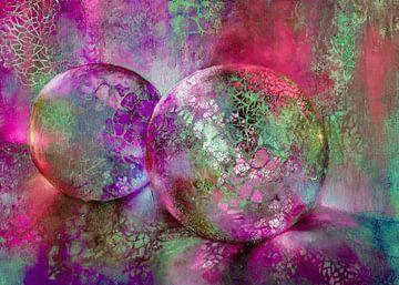 Kleine schatten - glazen bollen in het licht met rood, paars en turkoois van Annette Schmucker