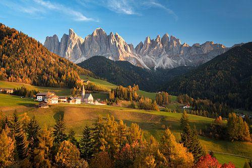 Landschap met kerk en bergen in Italië in de herfst