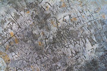 Gekerfde teksten in muur op Korfoe van Gerben Duijster