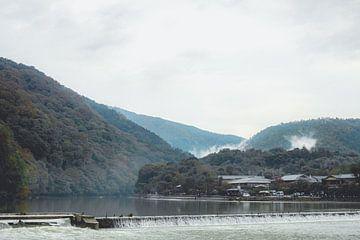 Hügel und Fluss in Kyoto von Mickéle Godderis